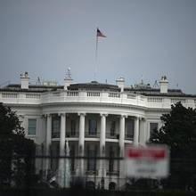 Die US-Flagge auf dem Weißen Haus weht am 27. August 2018 auf voller Höhe. Viele Amerikaner finden das angesichts des Todes von John McCain alsrespektlos.