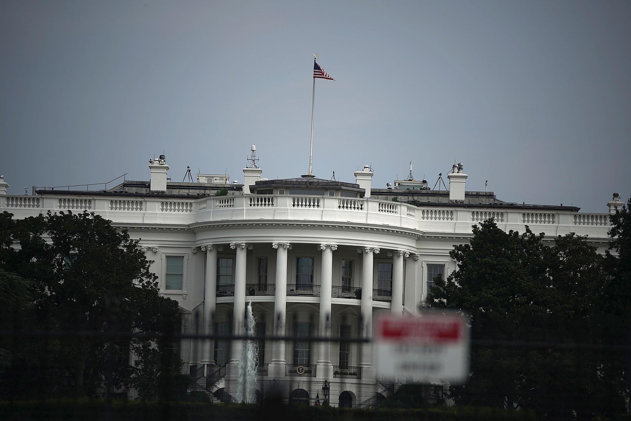 Die US-Flagge auf dem Weißen Haus weht am 27. August 2018 auf voller Höhe. Viele Amerikaner finden das angesichts des Todes von John Mc Cain alsrespektlos