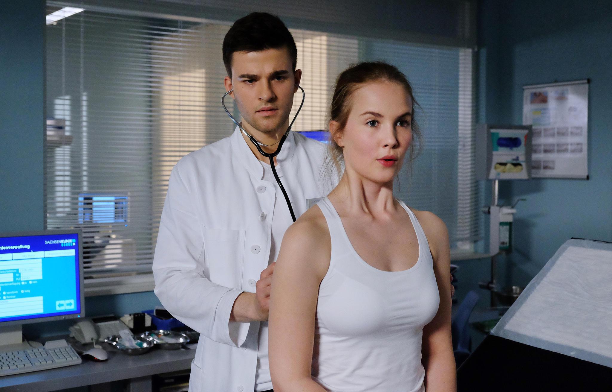 Patrick Mölleken gibt sich als Arzt aus, umRosa Schliemann, gespielt von Annika Schrumpf, zu beeindrucken