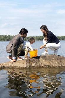 23. August 2018  Prinz Carl Philip und Prinzessin Sofiahaben spaß mit ihrem Sohn: Der kleine Prinz Alexander genießt die Entdeckertouram See an seinem schönenHerzogtum Södermanland.