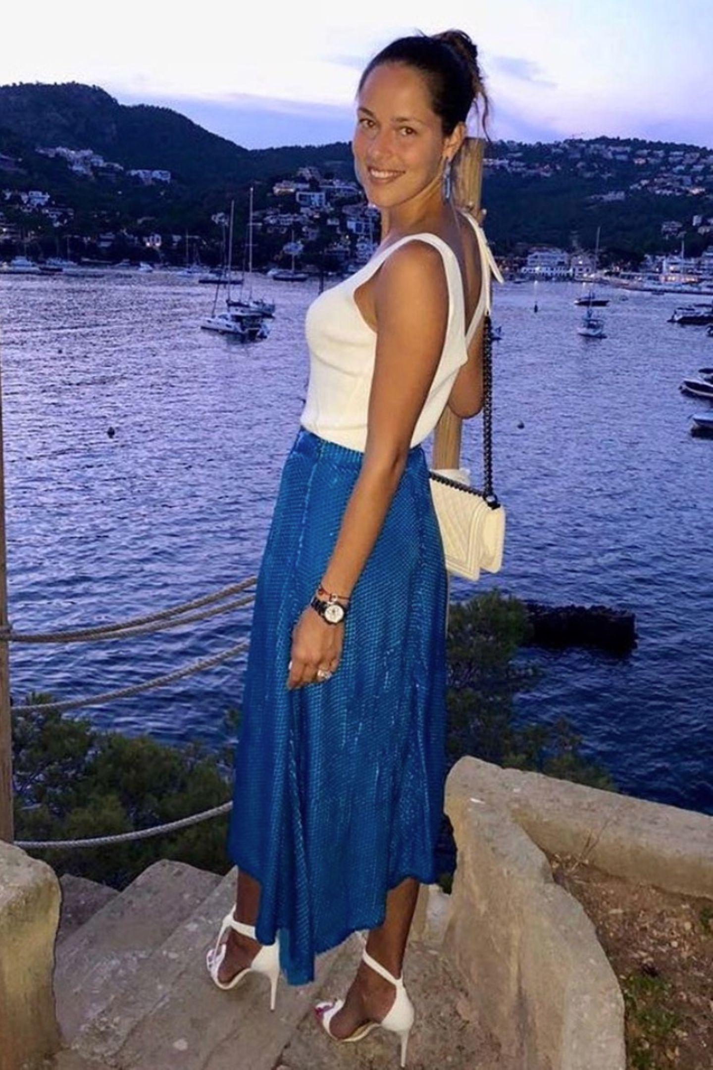 Weiß zu Blau - das passt für einen Sommerabend am See natürlich perfekt. Der Look versprühtdurch Ana Ivanovics natürliches Make-up besonders viel Urlaubsstimmung.