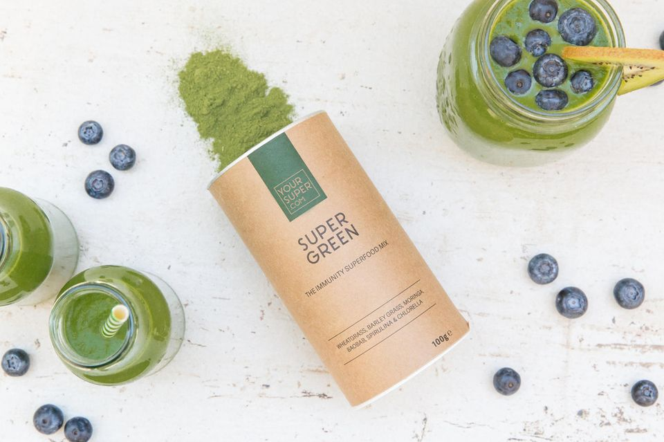 """Ihre """"Daily Greens"""" rührt Tabea momentan ganz einfach in ihren Joghurt ein. Das """"Super Green""""-Pulver von YourSuper.com enthält sechs grüne Superfoods und liefertessentiellen Vitamine und Mineralstoffe. Ein Boost für jedes Immunsystem!"""