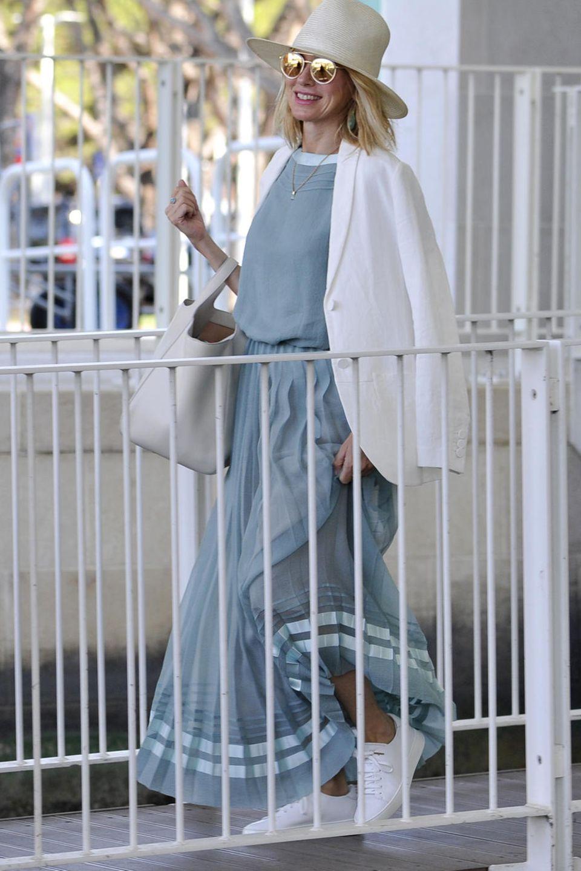 Naomi Watts reist in einem sommerlichen Look an, der durch seine hellen Töne besonders frisch wirkt. Der weite Maxi-Rock lässt das Ganze noch luftiger erscheinen, der Hut und die Sonnenbrille sorgen für den Glamour.