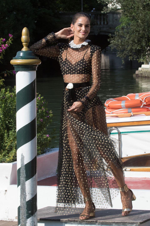 Izabel Goularts Kleid stammt von Philosophy di Lorenzo Serafini und besticht durch einen romantischen Charme.