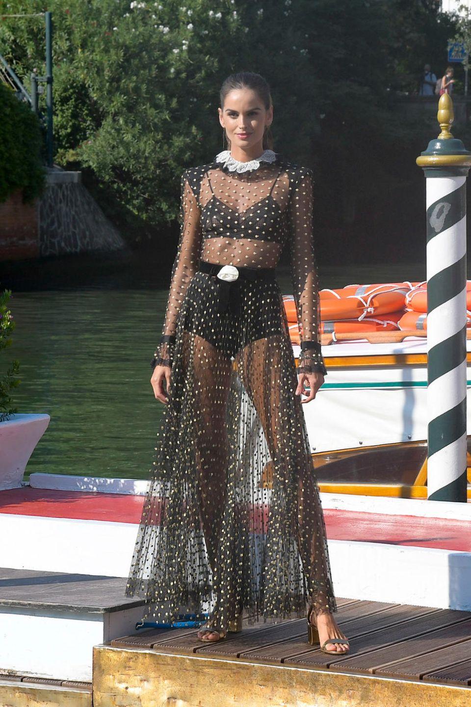Wow, was für ein Auftritt! Izabel Goulart kommt mit einer Gondel in Venedig an und bezaubert sofort.