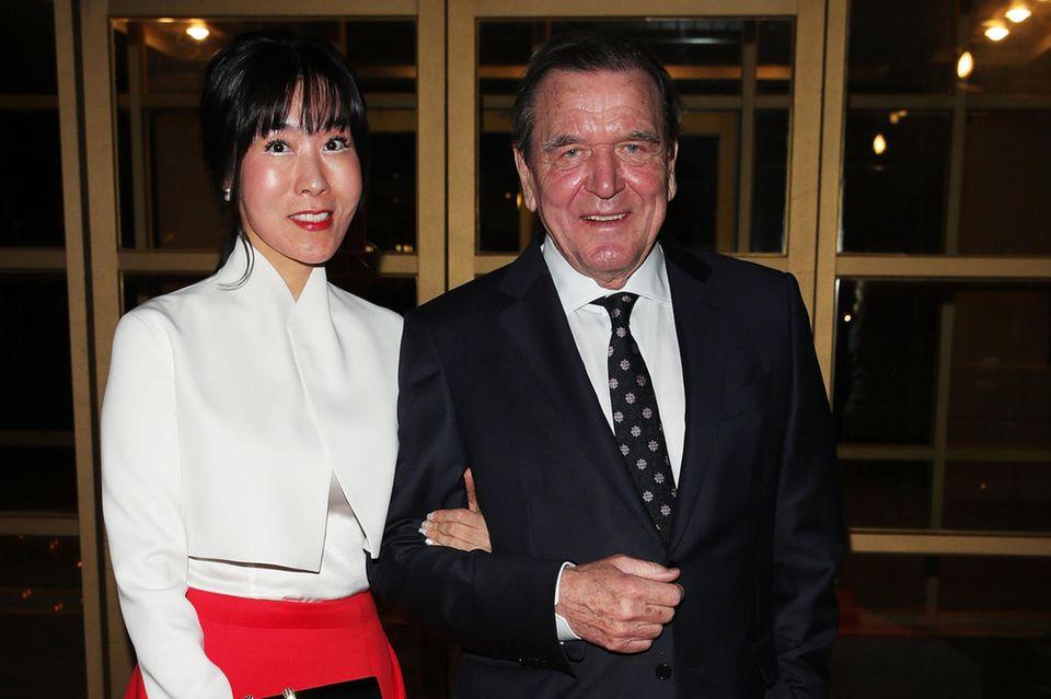 Doris Schröder-Köpfs Ex-Mann, Altkanzler Gerhard Schröder, mit seiner fünften Ehefrau, der Südkoreanerin Soyeon Kim. Im Mai haben sie in Seoul geheiratet. Die Feier ist für Oktober in Berlin geplant.