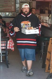 Fast 10 Jahre später konnte Kevin Smith, der auch als Regisseur und Comedian bekannt ist, sein Gewicht auf 116 Kilo reduzieren. Im Oktober 2017 zeigt er sich mit zwei Pizzen und grimmigem Gesichtsausdruck in Los Angeles, im Februar 2018 dann der Schock: Er erleidet einen lebensgefährlichen Herzinfarkt und muss seinen Lifestyle verändern.