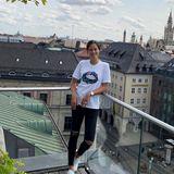 Tagsüber zeigt sich Ana Ivanovic viel lockerer in München. Sie schlüpft einfach in Shirt und Ripped Jeans.