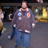 """Kevin Smith wiegt 2008 fast 140 Kilogramm. Immer wieder macht der als """"Silent Bob"""" bekannte Schauspieler Schlagzeilen wegen seiner Figur; machte einen Streit mit einer Airline öffentlich, die ihn als """"zu fett um zu fliegen"""" bezeichnete."""