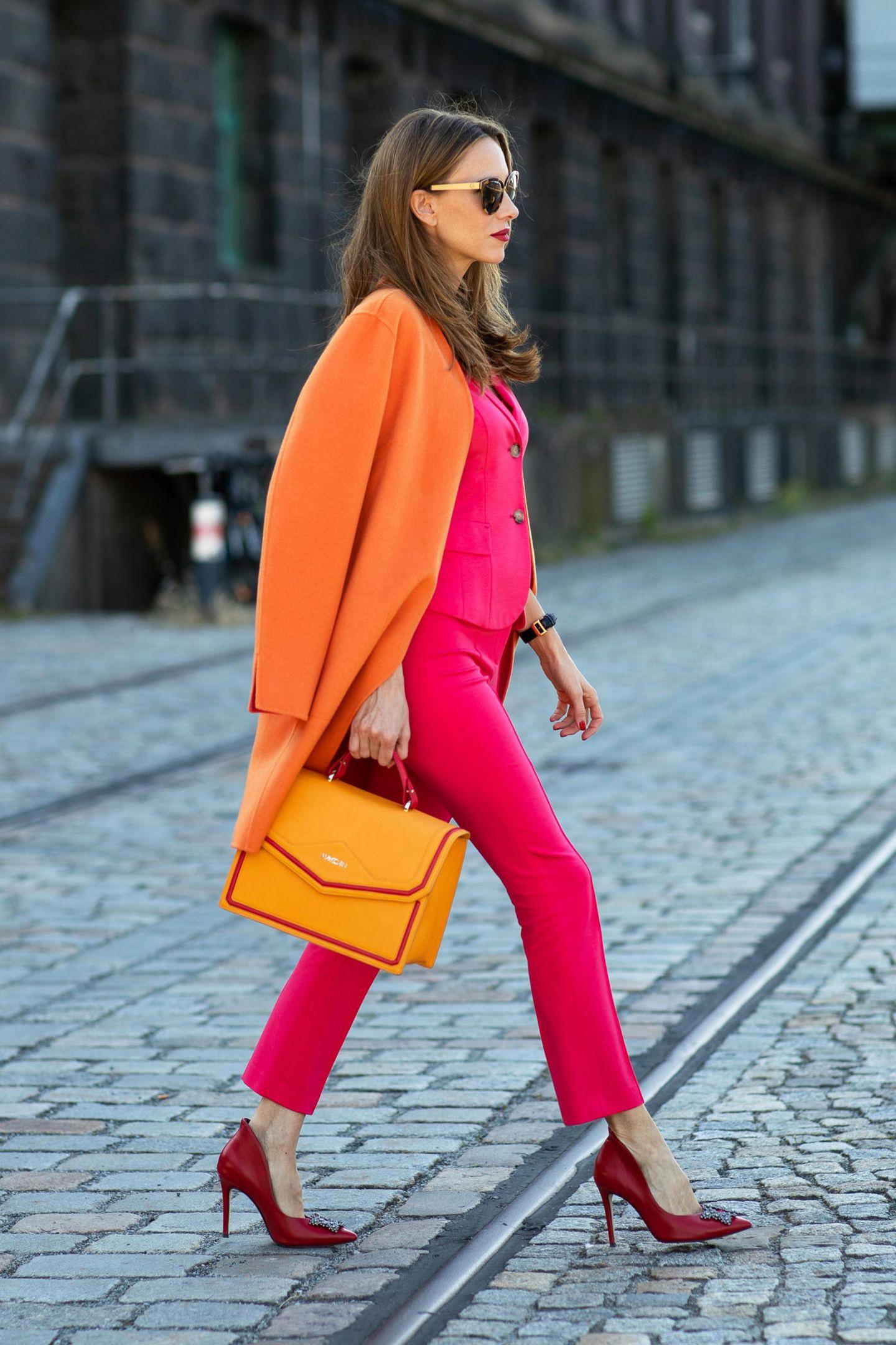 Noch kompletter wirkt das Outfit mit einem orangefarbenen Mantel - mit diesem Look von Marc Cain kann Alexandra Lapp locker den Verkehr lahm legen.