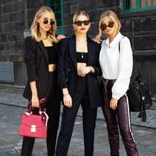 It-Girls tragen It-Pieces: Leonie Hanne, Caro Daur und Xenia Overdose geben ein ziemlich stylisches Trio in Looks von Marc Cain ab. Leonie kombiniert zum gestreiften Hosenanzug eine knallige Handtasche und verleiht ihrem Look somit einfarbliches Highlight. Xenia hingegen setzt auf eine angesagte Beutel-Tasche in klassischem schwarz.