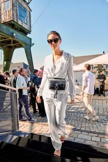 Bauchtaschen feiern in dieser Saison ein Mega-Comeback. Schauspielerin Janina Uhse lenkt in diesem Look die Aufmerksamkeit voll und ganz auf ihre neue It-Bag von Marc Cain.
