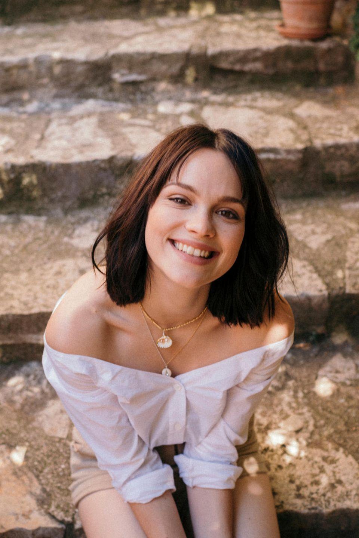Emilia Schüle ist immer ein Hingucker – ob auf dem Roten Teppich, im Film oder als este Markenbotschafterin fürL'Occitane in Deutschland