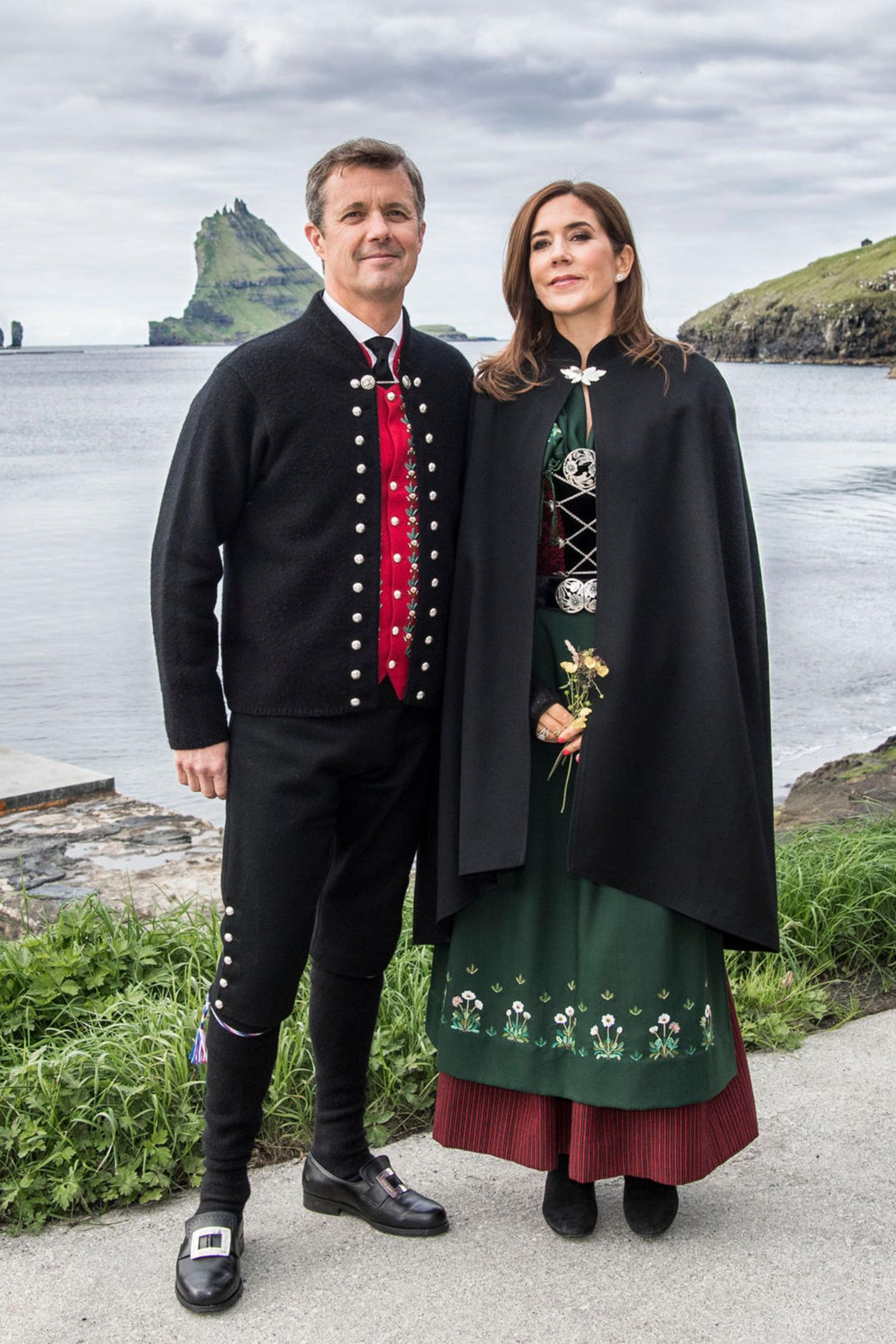 26. August 2018  Kronprinzessin Mary und Kronprinz Frederik bei der Ankunft zum offiziellen Mittagessen in Bøur im Rahmen des Besuchs auf den Färöer Inseln mit dem Königsschiff.