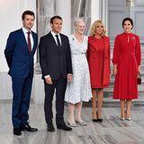 28. August 2018  Hoher Besuch in Dänemark: Das französische Präsidentenpaar ist zu Gast und trifft auch die Königsfamilie. Es scheint ganz so, als hätten sich die First Lady Brigitte Macron und Kronprinzessin Mary stylingtechnisch abgesprochen. Die beiden Frauen strahlen in satten Rottönen.