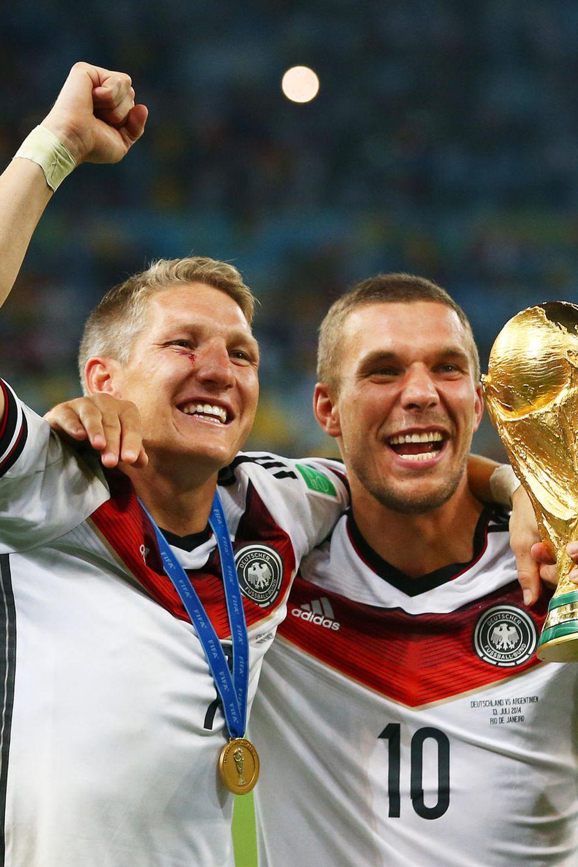 Ein Traum wird wahr - für Schweinsteiger, Podolski und eine ganze Nation: Im Juli 2014 gewinnen die beiden Fußballer nach einem Sieg gegen Argentinien ihren ersten Fußball-Weltmeistertitel im Maracanã-Stadion in Brasilien