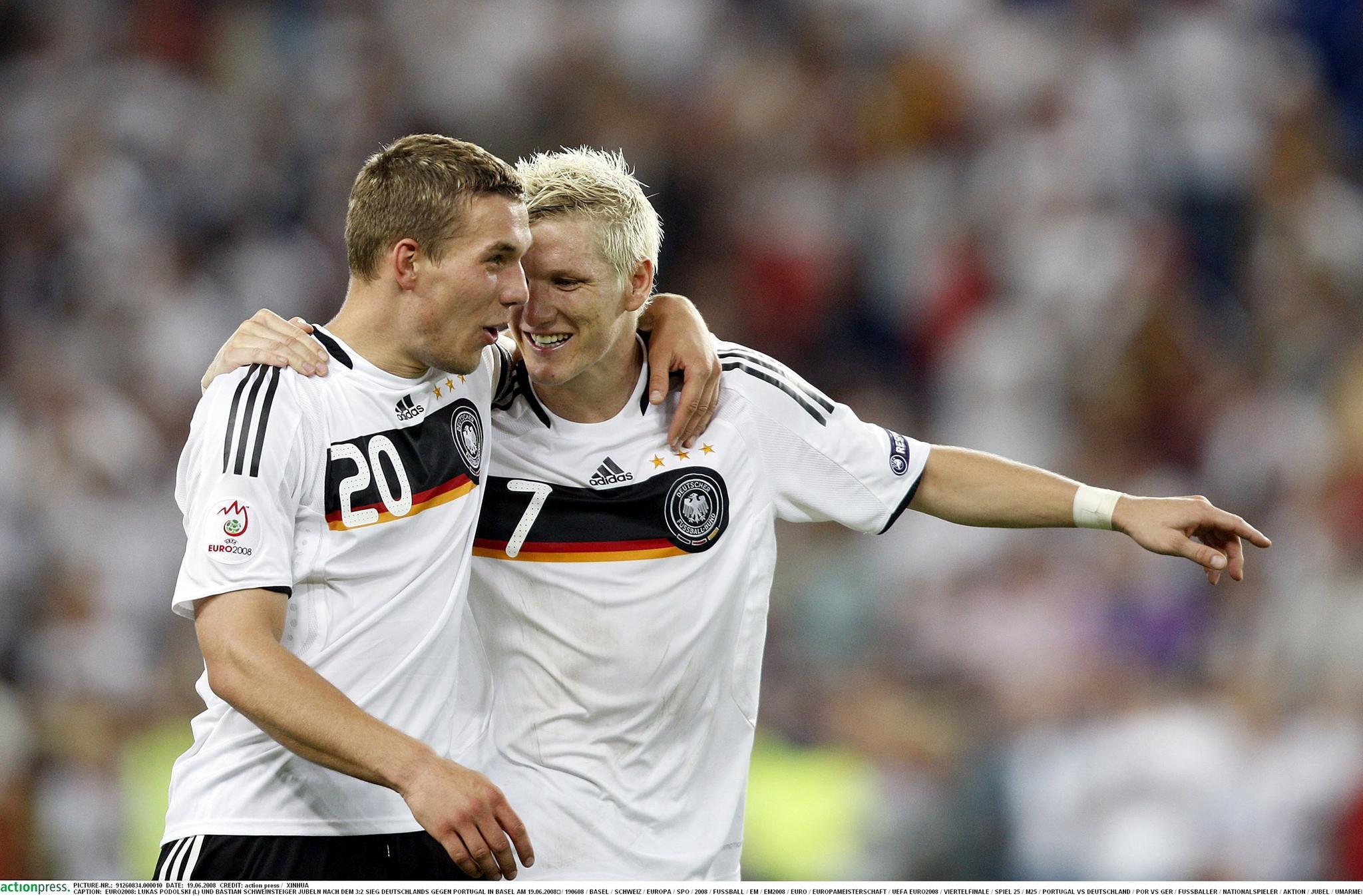 """Unzertrennlich: """"Schweini"""" und """"Poldi"""" in der Fußball-Nationalmannschaft. 2006 freuen sie sich gegen einen 3:2-Sieg gegen Portugal bei der EM 2008"""
