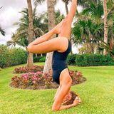 Alessandra Meyer-Wölden steht Kopf: Sie hätte nie gedacht, dass sie einmal Yoga für sich entdecken würde. Doch mittlerweile ist die 5-fach-Mama ein richtiger Fan all der Posen.