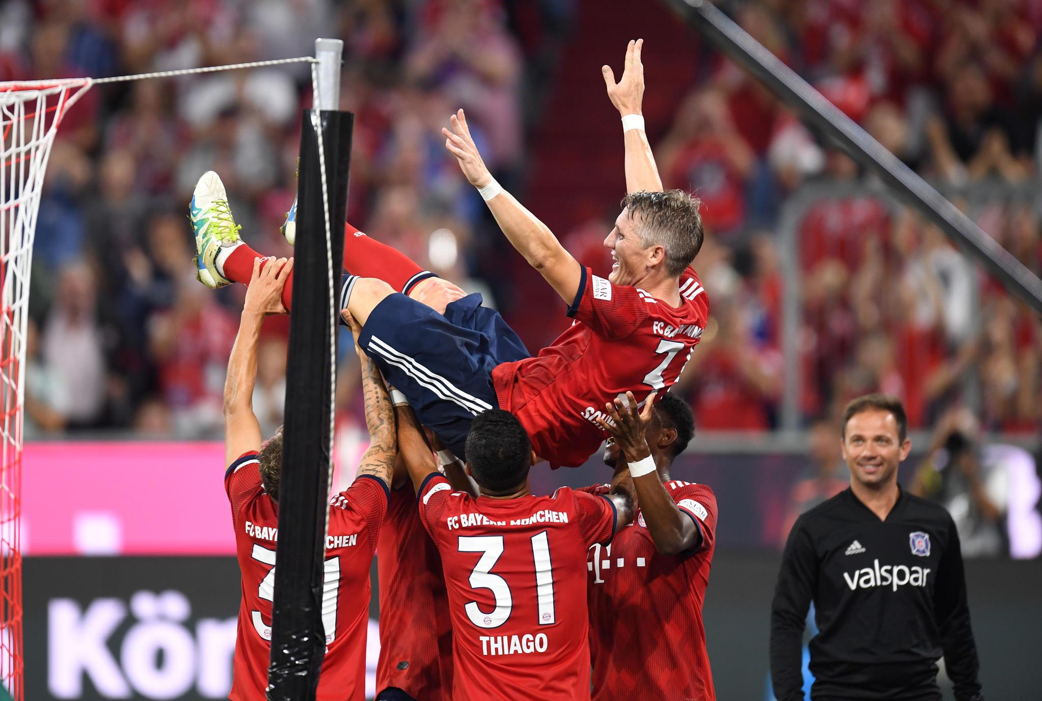 Die Spieler des FC Bayern feiern Bastian Schweinsteiger nach seinem Treffer zum 4:0.