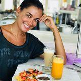 22. August 2018  Jana Ina Zarrella freut sich über ihr leckeres Frühstück: Es gibt Waffeln mit Beeren und Früchten, Schokopudding,Latte macchiato und Orangensaft.