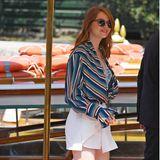 Als Emma Stone in Venedig ankommt, trägt sie eine Streifenbluse zu weißen Minirock. Das absolute Highlight sind dabei ihre Metallic-Pumps.