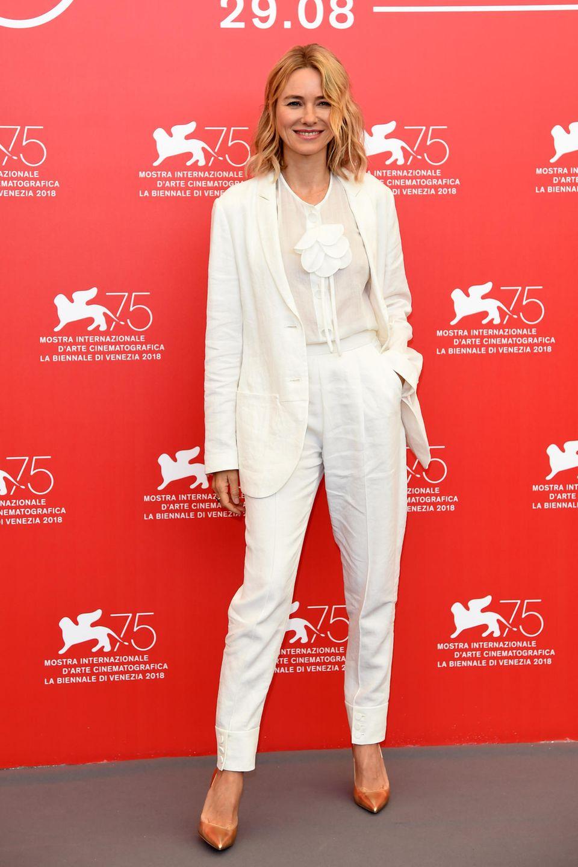 Auf dem roten Teppich bleibt Naomi Watts ihrem sommerlichen Look treu. Dieses Mal wählt sie jedoch Weiß ganz allein und greift zum edlen Anzug.