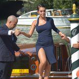 Georgina Rodriguez passt beim Aussteigen auf ihren hohen Beinschlitz auf, der die Asymmetrie ihres Kleides unterstreicht.