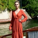 Gaia Weiss steht wie eine Erscheinung auf dem Bootssteg und sieht in ihrem Kleid einfach göttlich aus.