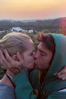 Romantischer geht es kaum. Chiara Ferragni und ihr Verlobter Fedez knutschen vor dem Sonnenuntergang auf Ibiza.