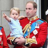 """2015: Zur feierlichen Zeremonie von """"Trooping the Colour"""" recycelt George ein ganz besonderesOutfit. Denn den hellblauen Strampler trug schon sein Vater Prinz William bei der Taufe seines jüngeren Bruders Prinz Harry - das warim Jahr 1984."""