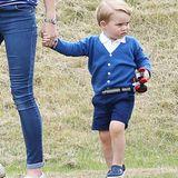 """Für das """"Gigaset Charity Polo Match"""" im Juni 2015 kommt Prinz George erneut in seinem Monochrom-Look. Besonders cool: die dunkelblauen Mini-Crocs, die nach diesem Auftritt natürlich zum Verkaufshit wurden."""