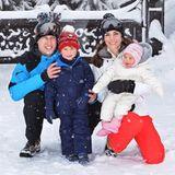 In seinen allerersten Ski-Ferien hat George die Schneepisten in einem coolen blauen Ski-Anzug und roter Bommelmütze erobert. Cool!