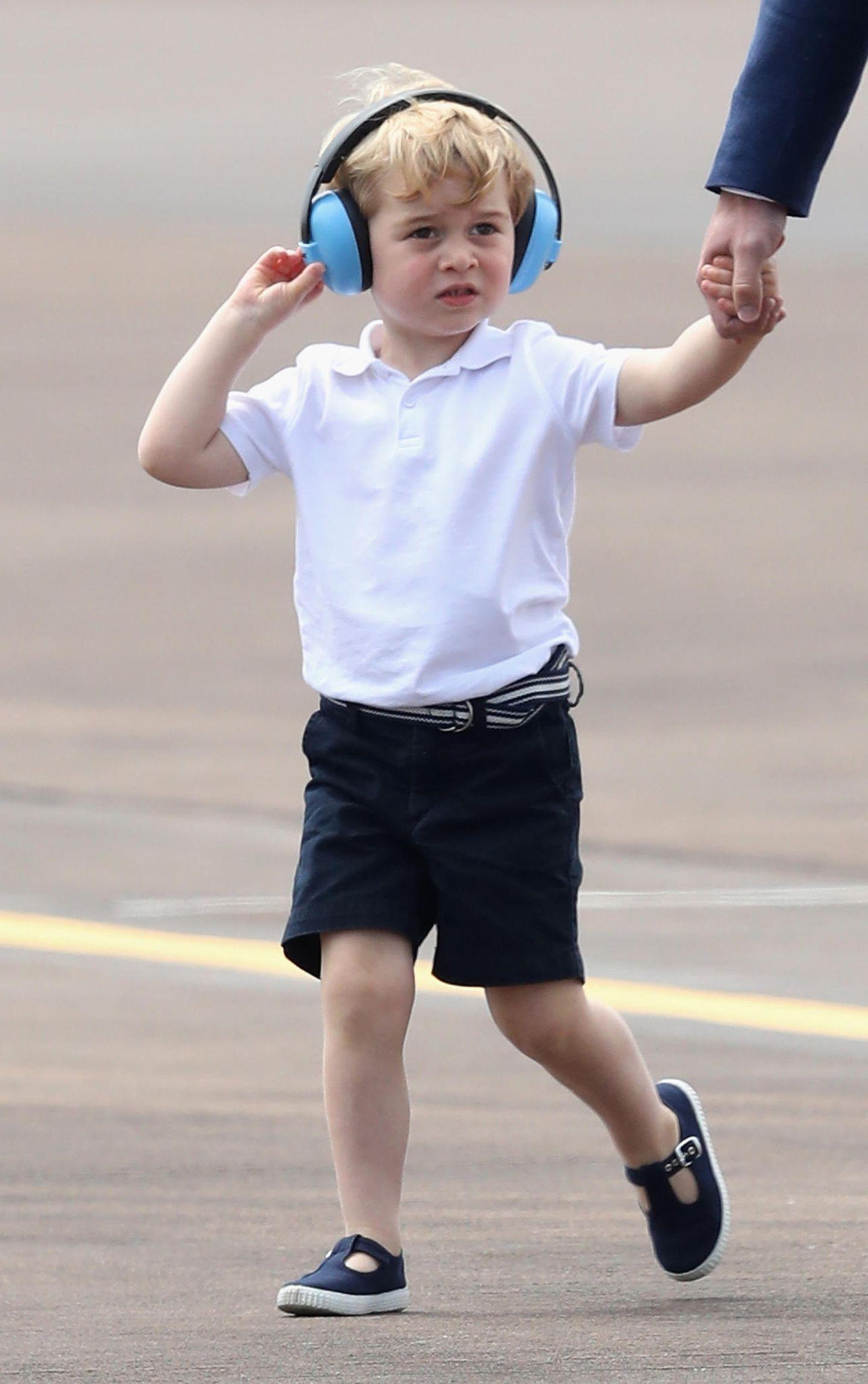 """Beim """"The Royal International Air Tattoo"""" Im Juli im englischenFairford hält es der damals Zweijährige simpel: In einem weißen Polohemd und dunkelblauen Shorts. Darauf abgestimmte Shorts und der passende Gürtel runden das Mini-Styler-Outfit ab."""