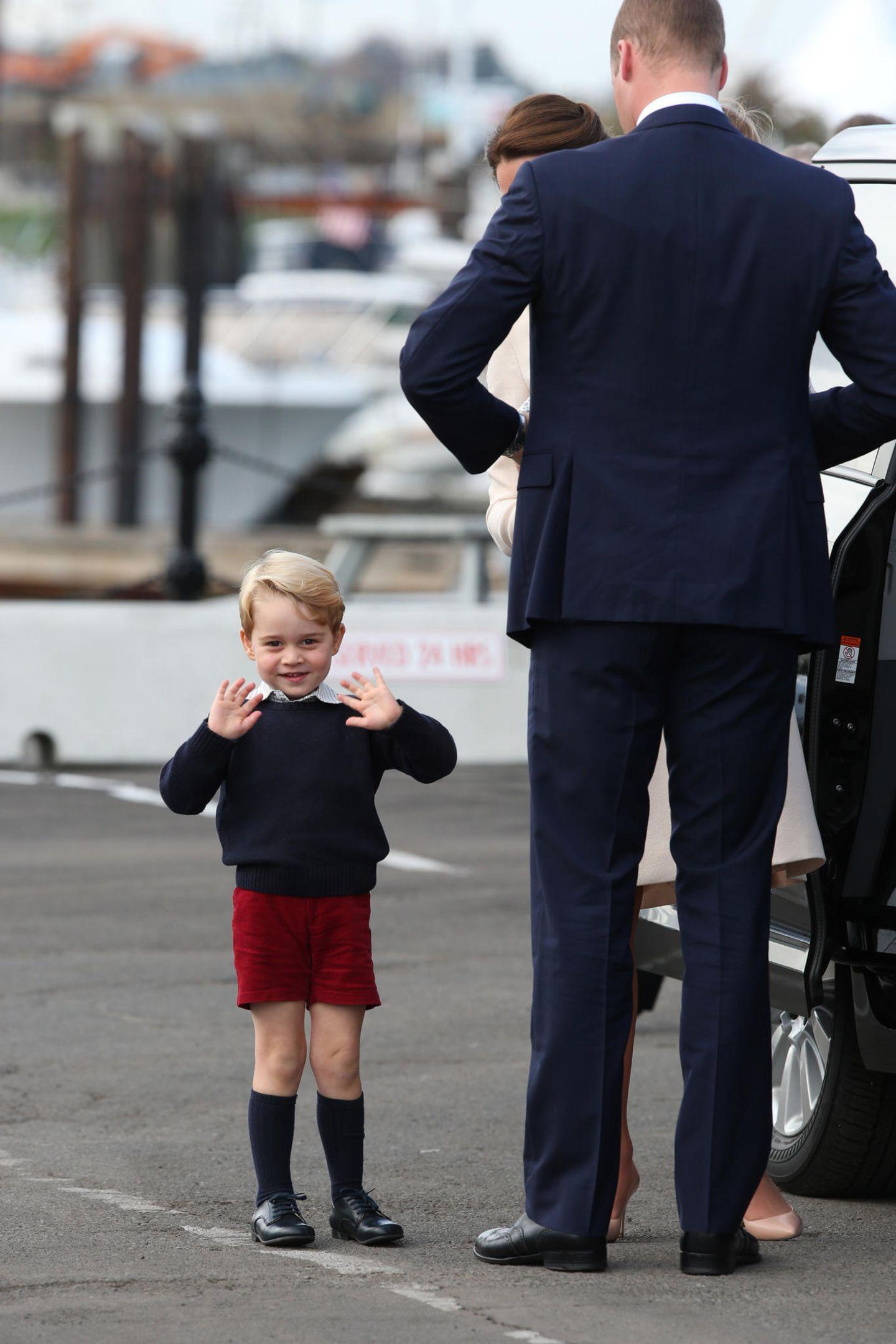 Wieder einmal stiehlt Prinz George bei seinem Besuch in Kanada 2016 allen die Show. Mit dunkelblauen Kniestrümpfen, klassischen Lederschuhen, einem Wollshirt und -Sweater. Die Farben Blau und Rot sind traditionelle Farben, in denen George immer wieder gekleidet ist.
