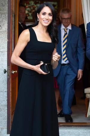 Zum kleinen Schwarzen ist eine edle Clutch stets die perfekte Kombination - das weiß auch Herzogin Meghan.