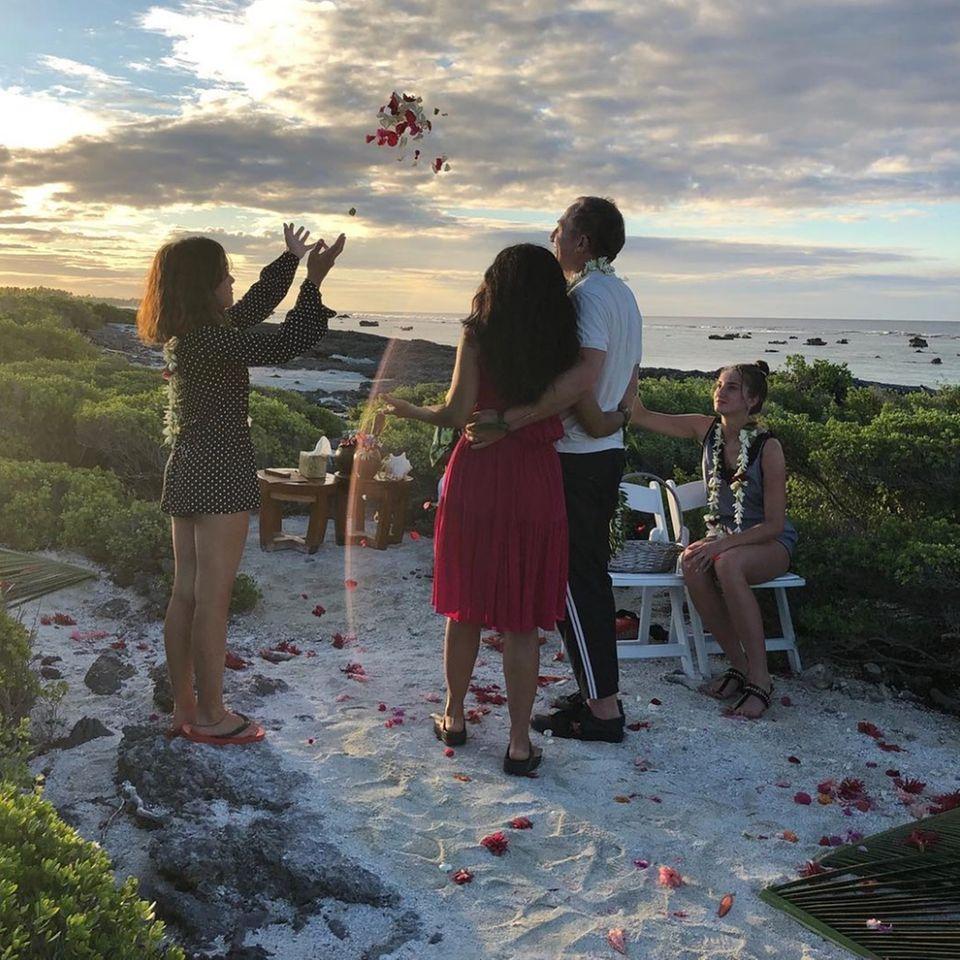 """Salma Hayek undFrançois-Henri Pinault sind zwar schon seit 2009 verheiratet und seit 2007 Eltern einer Tochter, haben aber während einer romantischen Zeremonie im Urlaub noch ein mal """"Ja"""" gesagt."""