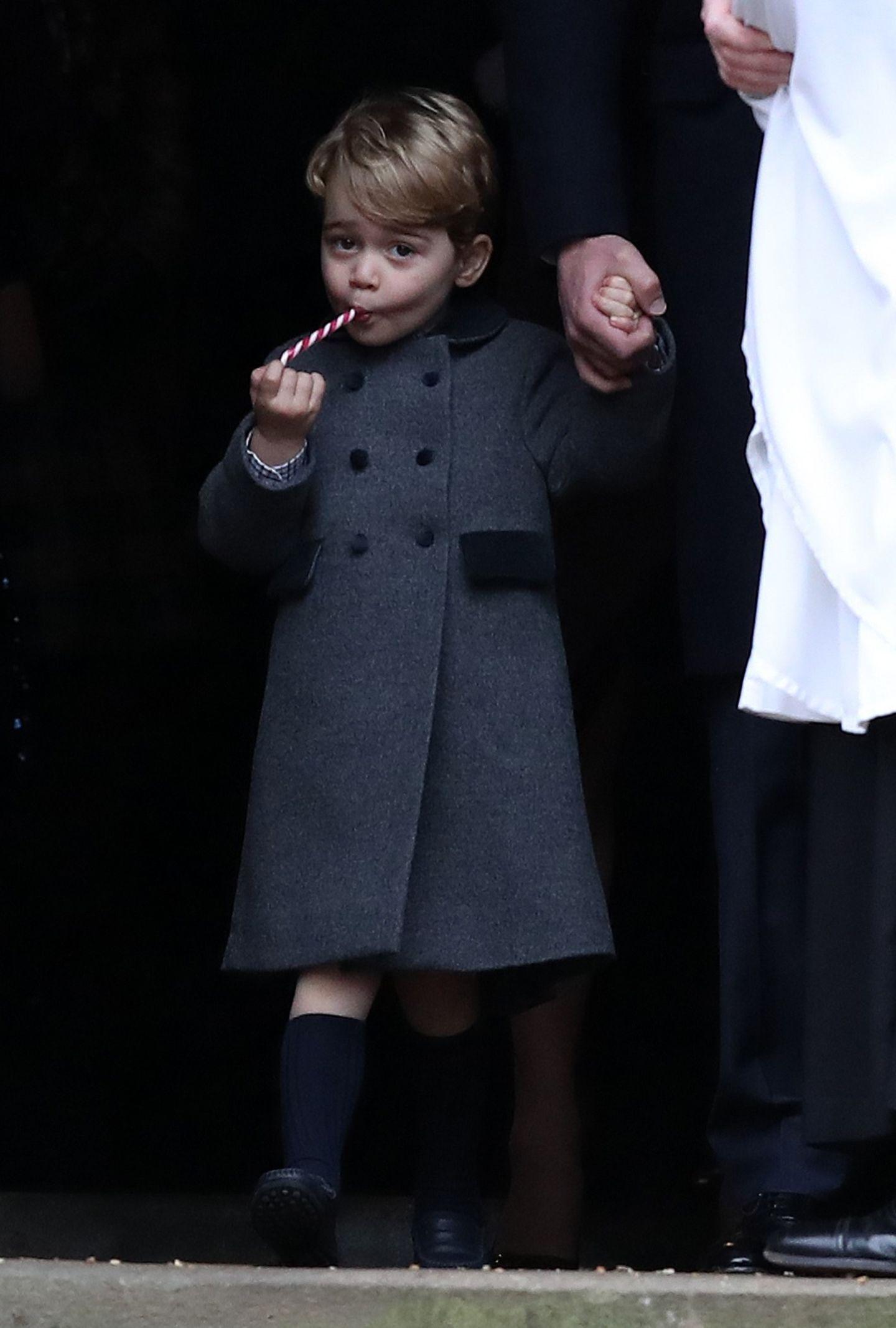 Der erste Weihnachtstag wird bei den britischen Royals standesgemäß mit einem Besuch in der Kirche in Sandringham begonnen. Dazu trägt Prinz George einen traditionellen grauen Mantel mit Kragen, Taschen und Knopfleiste- ebenso wie sein Vater als Kind einen ähnlichen bereits trug. Das Modell von Prinz George stammt von einer spanischen Firma und war - natürlich - sofort ausverkauft.