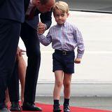 Als Prinz George mit seiner Familie im Juli 2017 in Warschau landet, schaut er etwas skeptisch. Doch sein Outfit sitzt: ein blau-weiß-rot-kariertes Hemd kombiniert mit einer dunkelblauen Shorts, Gürtel und passenden Schuhen. Ein echter kleiner Gentleman!