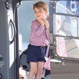 Verzückt - das ist nichtnur der kleine Prinz, als er in einen Hubschrauber auf dem Hamburger Flughafen steigt. Auch sein Outfit sorgt mal wieder für Aufsehen. Ein rot-weiß-kariertes Hemd, dunkelblaue Shorts und passende Slipper. Ein Verkaufsschlager!