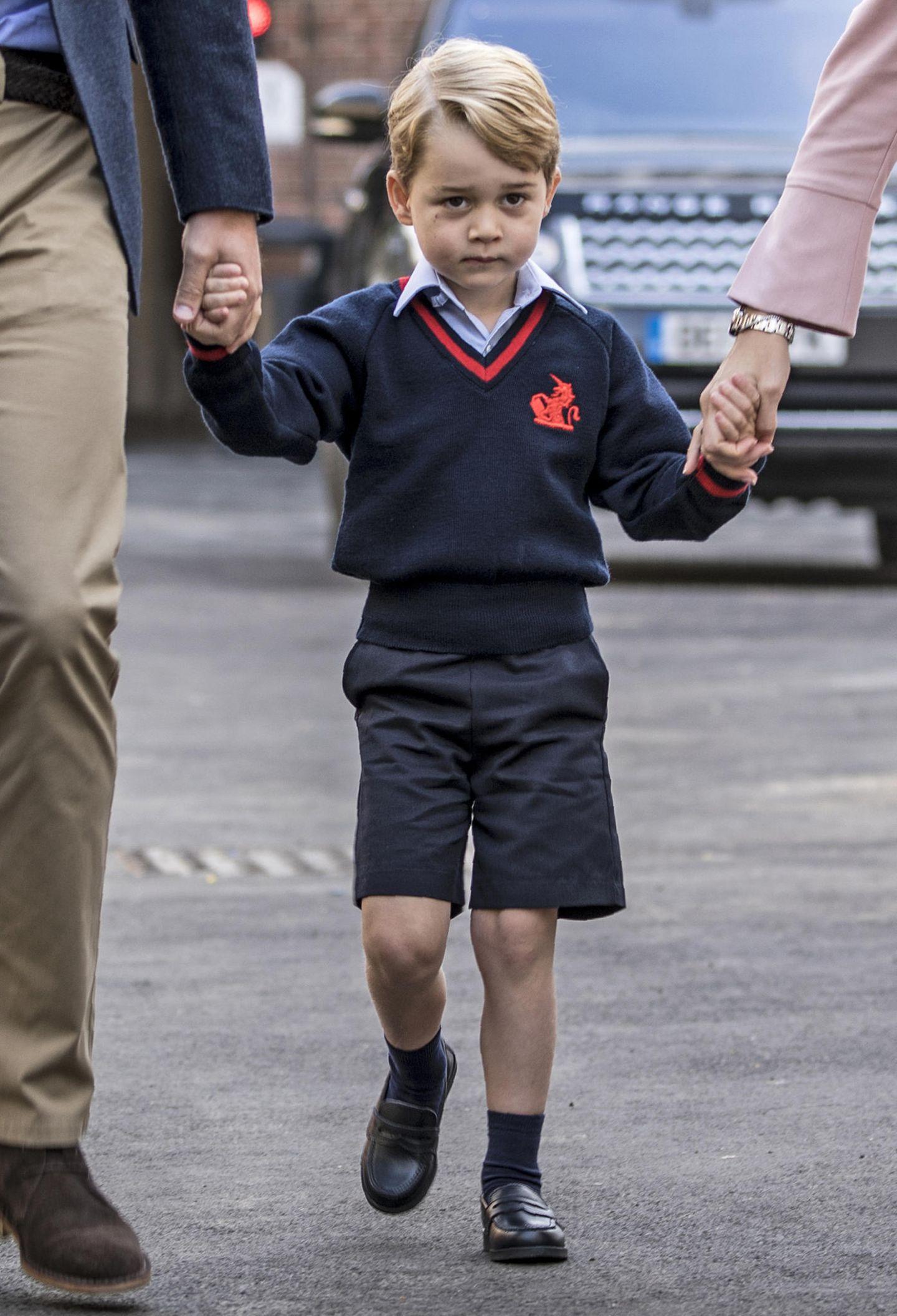 """Juli 2017: Ein großer Tag für den kleinen Royal. Prinz George kommt in die Schule und muss - wie alle anderen Kinder auch - eine Schuluniform tragen. Ausgestattet werden die Schüler von """"John Lewis"""", einem Modehändler. Eine Ganzjahres-Uniform, bestehend aus Sommer- und Winterteilen sowie einem Sportoutfit kostet insgesamt um die 450 Euro."""