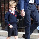 April 2018: Prinz George und Prinzessin Charlotte besuchen ihren frisch geborenen Bruder Prinz Louis im Krankenhaus in London. Die Looks der beiden sind aufeinander abgestimmt aber wer genau hinsieht, bemerkt: George trägt seine Schuluniform.
