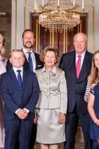 29. August 2018  In Norwegen gibt es Grund zu feiern: König Harald und Königin Sonja sind nun seit 50 Jahren ein Ehepaar. Zu ihrer goldenen Hochzeit rückt die ganze Familie für ein Erinnerungsfoto zusammen. Sowohl ihr Sohn Prinz Haakon und dessen Frau Prinzessin Mette-Marit mit ihren Kindern, als auch ihre TochterPrinzessin Märtha Louise mit ihrem Nachwuchs freuen sich für das Königspaar.