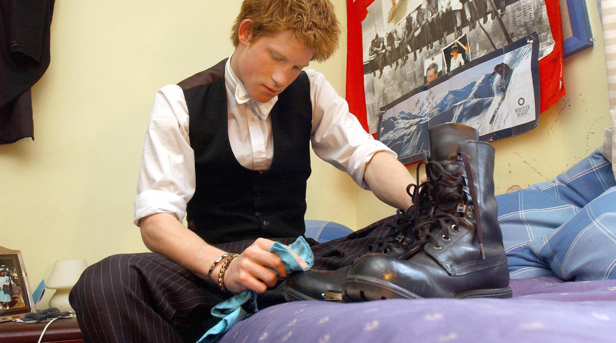 """Harry muss wie alle anderen auch auf seine Sachen Acht geben. """"Beobachtet"""" wird er dabei von seinen Eltern, Prinz Charlesund Prinzessin Diana."""