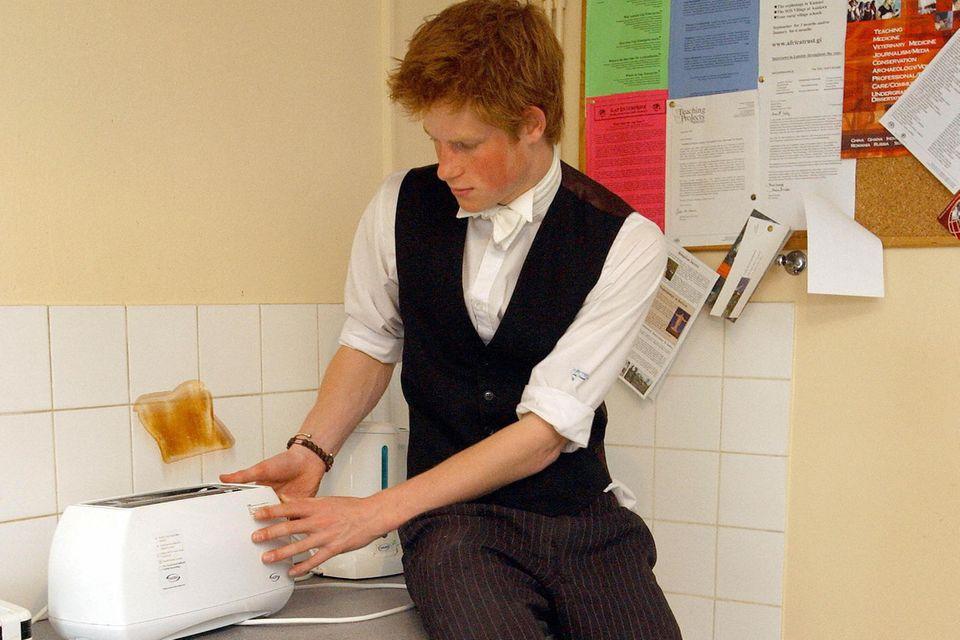 Butler? Fehlanzeige. Harry bereitet sich einen Toast selbst zu.