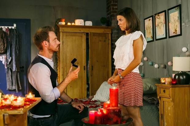 """""""Alles was zähl"""": Pauline (Maike Johanna Reuter) trifft Damian (Christian Feist) mit ihrer Reaktion auf seinen Antrag zutiefst"""