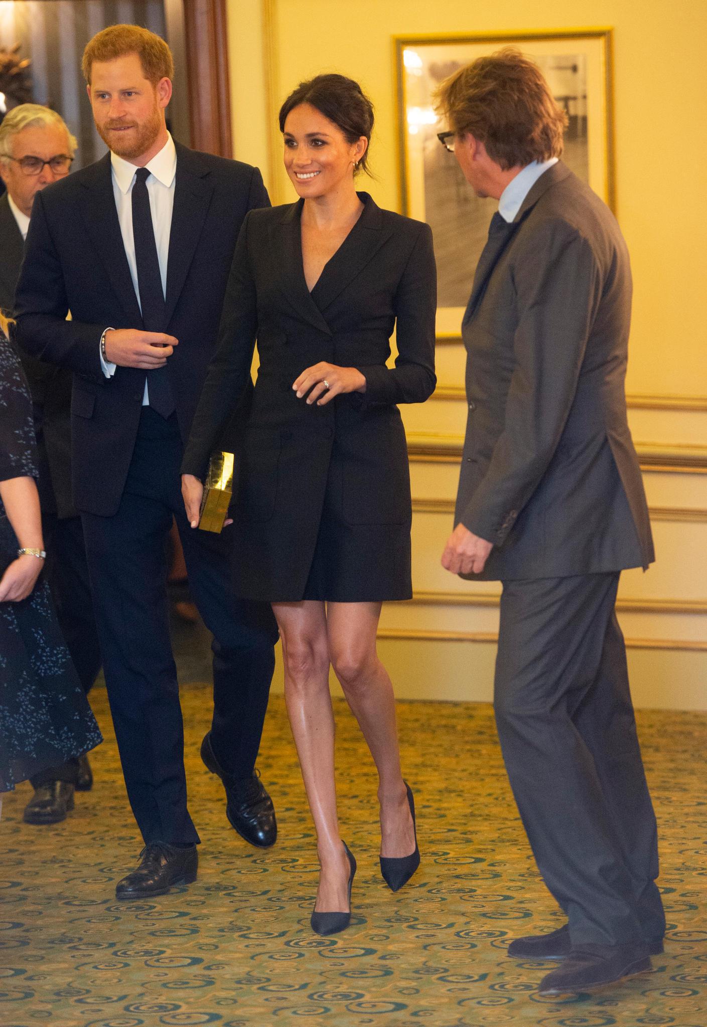 """Zu einer Gala-Aufführung des Musicals """"Hamilton""""trägt sie ein Smoking-Kleid vom kanadischen Label """"Judith and Charles"""" für rund 360 Euro. Das taillierte Blazer-Dress mit zweireihigen Knöpfen betont die schmale Silhouette der Herzogin."""
