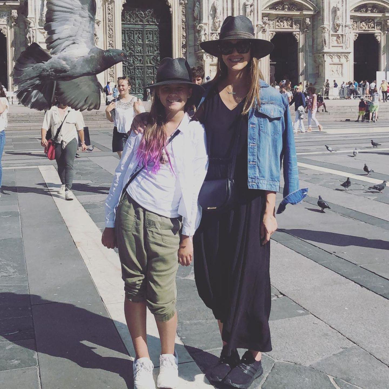 Um sich vor der prallen Sonne Italiens zu schützen, hüllen Jessica Alba undHonor Marie Warren ihre Köpfe in große, schwarze Hüte. Mutter und Tochter stimmen sich während ihres Mädelstrips in der Modemetropole einfach perfekt ab!
