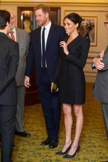 """29. August 2018   Herzogin Meghan und Prinz Harry besuchenden Gala-Abend des Musicals """"Hamilton"""" zugunsten der Wohltätigkeitsorganisation Sentebale im Victoria Palace Theatre in London. Meghan wirktsehr selbstbewusst. Aus diesem Grund vielleicht auch die extrem kurze Kleiderwahl."""