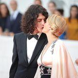 Ganz verliebt auf dem Roten Teppich sind die SchauspielerinCarolina Crescentini und ihr Freund, der MusikerFrancesco Motta.