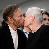 Die Ehrenpreisträgerin Vanessa Redgrave küsst ihren Ehemann Franco Nero.